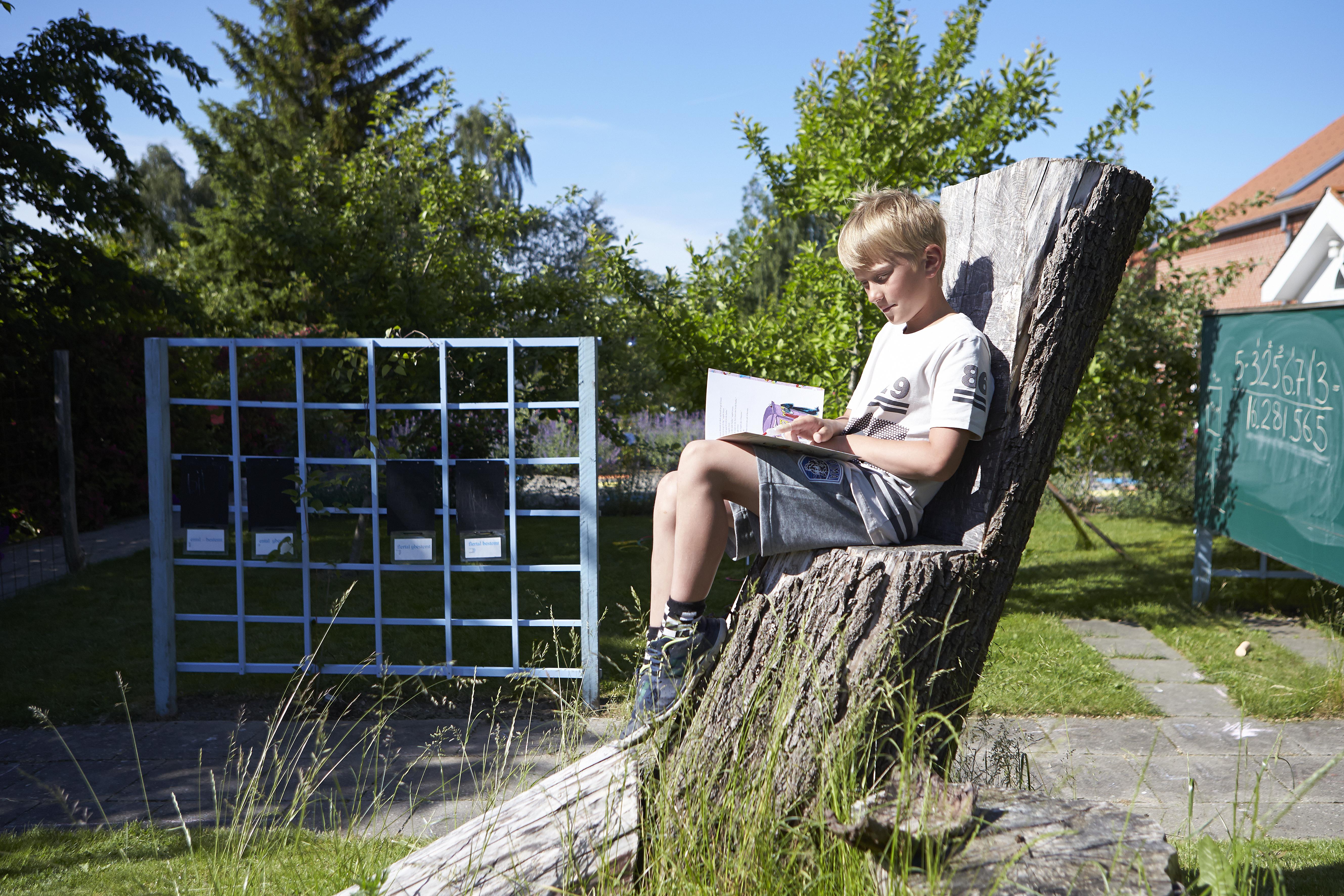Dreng lærer at læse