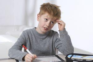 En dreng laver lektier