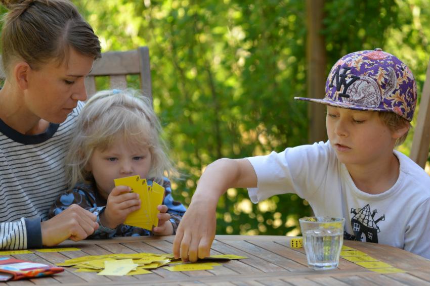 Familie spiller Motorvejen som er en LæringsSnack