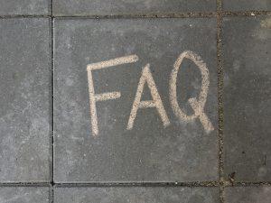 FAQ skrevet i kridt på fliser