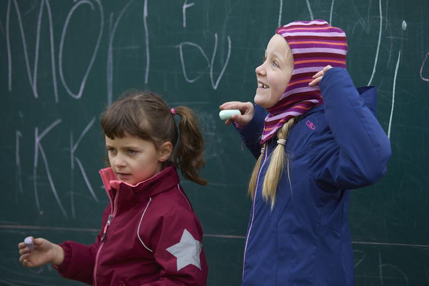 Udendørs undervisning med tavle og kridt