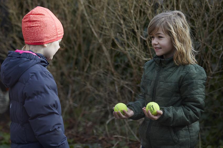 Pige lærer med bolde